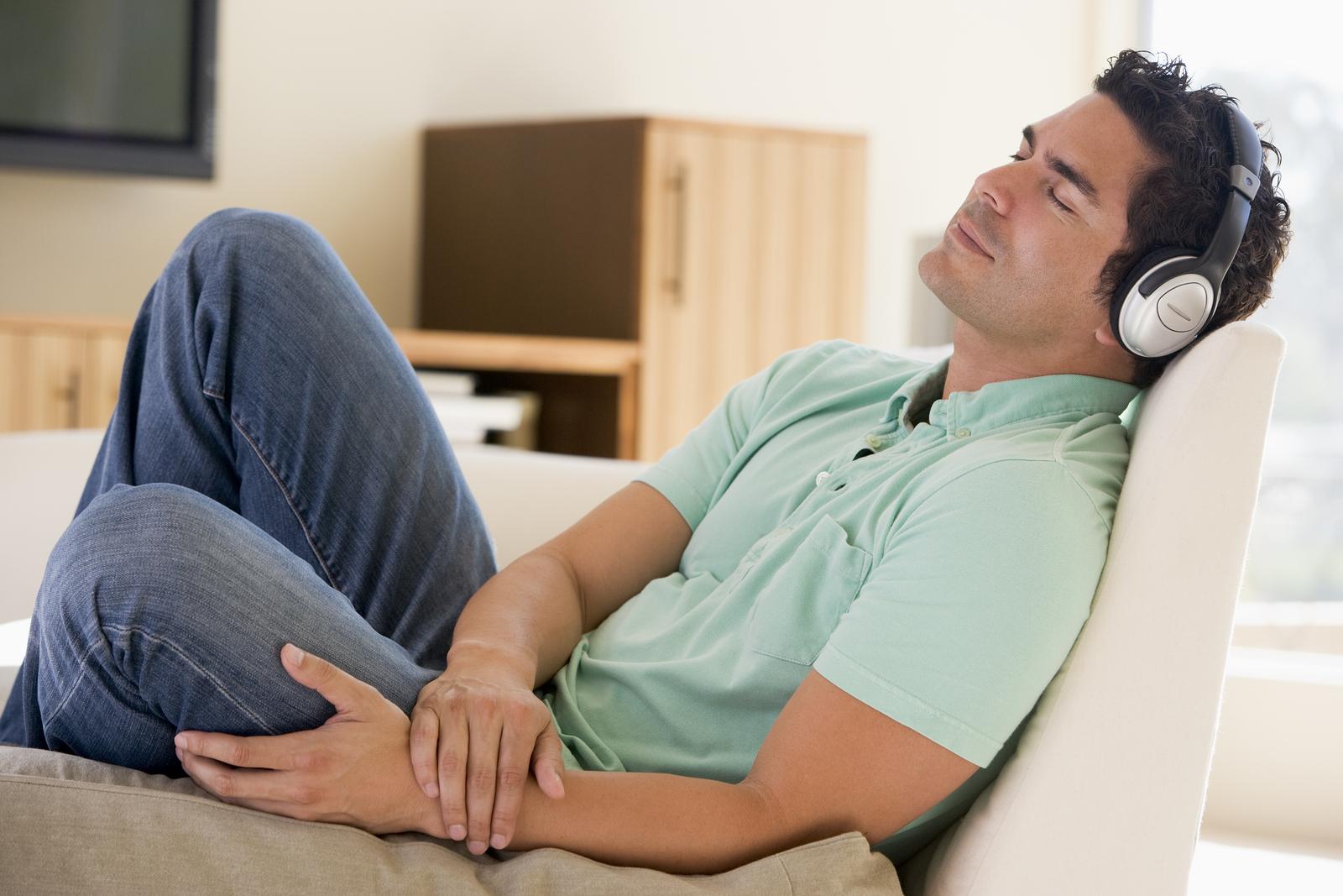 картинка слушаю музыку и представляю себя лежит мужик с румянцем